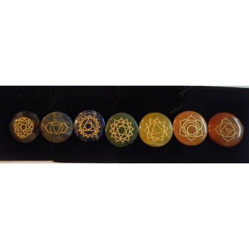 Επτά διαφορετικοί ημιπολύτιμοι λίθοι με τα σύμβολα των επτά τσάκρας