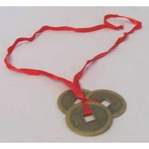 Τρία κινέζικα νομίσματα δεμένα σε κόκκινη κλωστή μεγάλα
